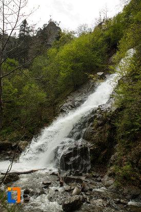cascada-lotrisor-judetul-valcea-fotografiata-din-lateral.jpg