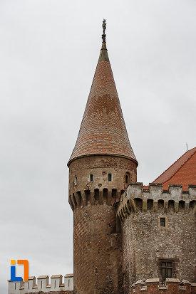 castelul-corvinilor-azi-muzeu-din-hunedoara-judetul-hunedoara-bastion-rotund.jpg