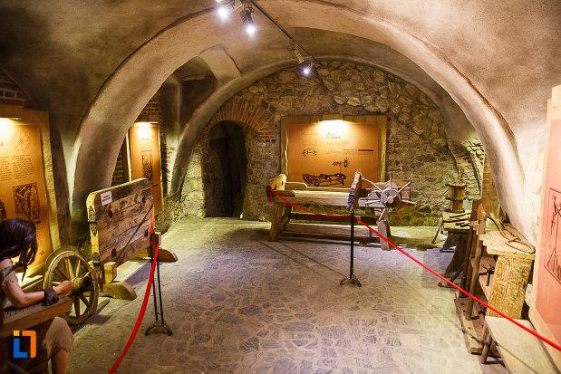 castelul-corvinilor-azi-muzeu-din-hunedoara-judetul-hunedoara-bastionul-de-tortura.jpg