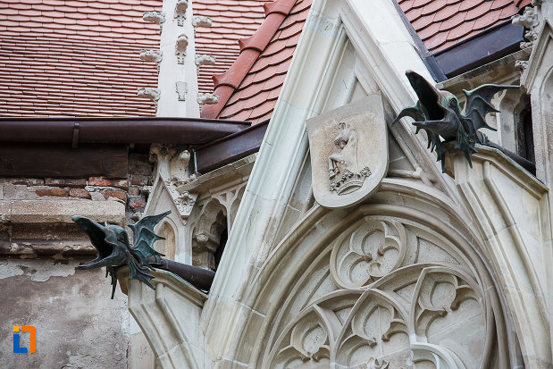 castelul-corvinilor-azi-muzeu-din-hunedoara-judetul-hunedoara-blazon-nobiliar.jpg