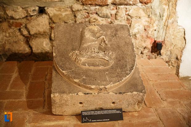 castelul-corvinilor-azi-muzeu-din-hunedoara-judetul-hunedoara-blazonul-familiei-szilagyi.jpg