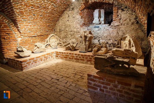 castelul-corvinilor-azi-muzeu-din-hunedoara-judetul-hunedoara-cateva-elemente-originale-folosite-la-castel.jpg