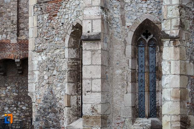 castelul-corvinilor-azi-muzeu-din-hunedoara-judetul-hunedoara-cateva-ferestre-cu-gratii-din-fier.jpg
