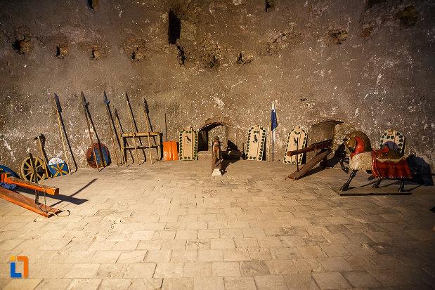 castelul-corvinilor-azi-muzeu-din-hunedoara-judetul-hunedoara-cateva-obiecte-de-lupta.jpg