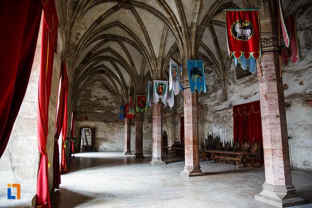 castelul-corvinilor-azi-muzeu-din-hunedoara-judetul-hunedoara-coloane-cu-arcuri-drapeluri-medievale.jpg