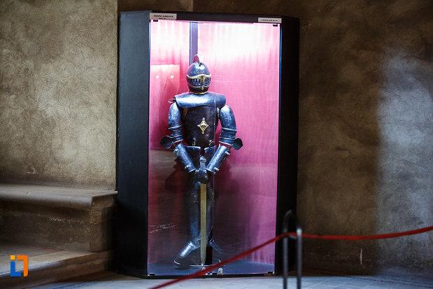 castelul-corvinilor-azi-muzeu-din-hunedoara-judetul-hunedoara-costum-de-cavaler.jpg