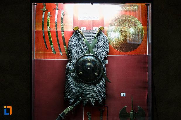 castelul-corvinilor-azi-muzeu-din-hunedoara-judetul-hunedoara-costumatie-folosita-la-lupta.jpg
