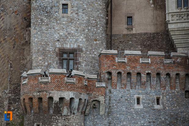 castelul-corvinilor-azi-muzeu-din-hunedoara-judetul-hunedoara-creneluri.jpg