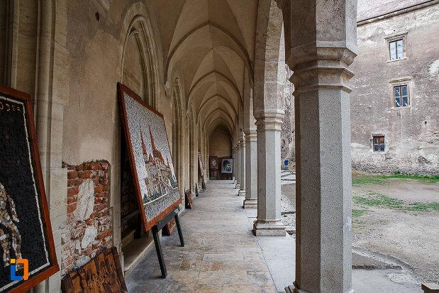 castelul-corvinilor-azi-muzeu-din-hunedoara-judetul-hunedoara-culoar-extrern.jpg