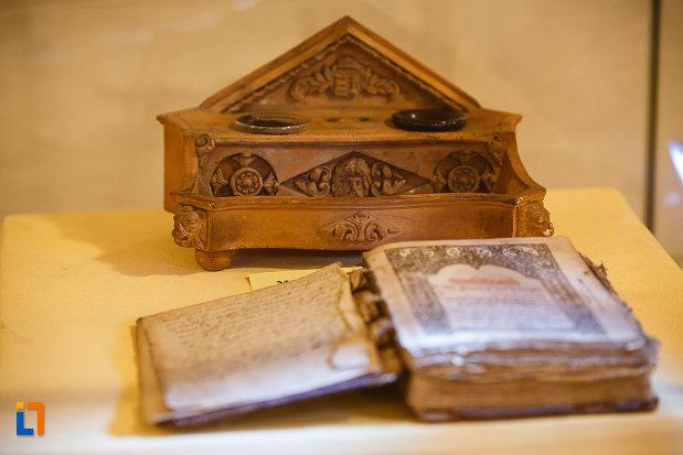 castelul-corvinilor-azi-muzeu-din-hunedoara-judetul-hunedoara-cutiuta-din-lemn.jpg