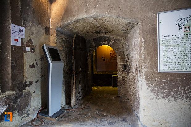 castelul-corvinilor-azi-muzeu-din-hunedoara-judetul-hunedoara-drumul-spre-inchisoare.jpg