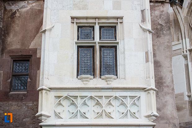 castelul-corvinilor-azi-muzeu-din-hunedoara-judetul-hunedoara-fereastra-incadrata-cu-diverse-decoratii.jpg