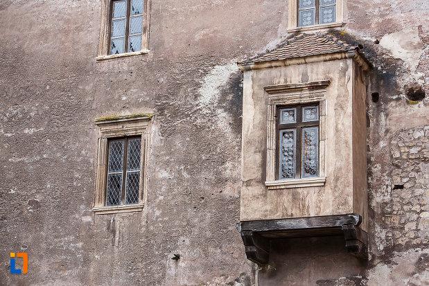 castelul-corvinilor-azi-muzeu-din-hunedoara-judetul-hunedoara-ferestre-pastrate-in-starea-originala.jpg