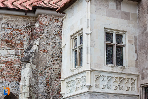 castelul-corvinilor-azi-muzeu-din-hunedoara-judetul-hunedoara-ferestre-si-zid-restaurate.jpg