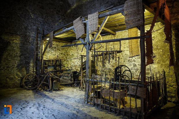 castelul-corvinilor-azi-muzeu-din-hunedoara-judetul-hunedoara-imagine-cu-baia.jpg