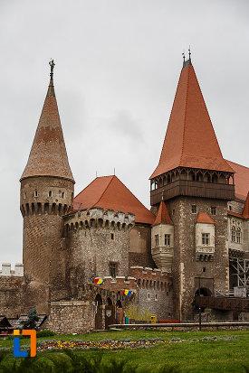 castelul-corvinilor-azi-muzeu-din-hunedoara-judetul-hunedoara-imagine-cu-bastioanele-de-aparare.jpg