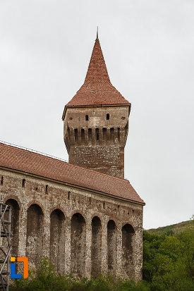 castelul-corvinilor-azi-muzeu-din-hunedoara-judetul-hunedoara-imagine-cu-bastion-de-aparare.jpg