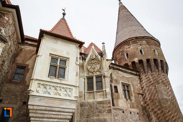 castelul-corvinilor-azi-muzeu-din-hunedoara-judetul-hunedoara-imagine-cu-cateva-turnuri.jpg