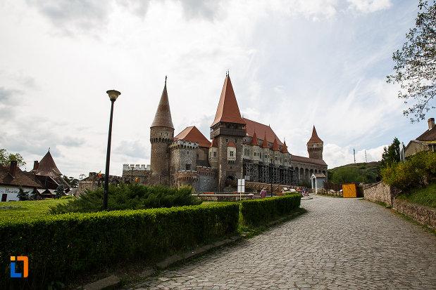 castelul-corvinilor-azi-muzeu-din-hunedoara-judetul-hunedoara-imagine-cu-drumul-pavat.jpg