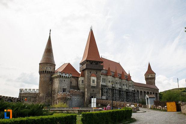 castelul-corvinilor-azi-muzeu-din-hunedoara-judetul-hunedoara-imagine-cu-gradina.jpg