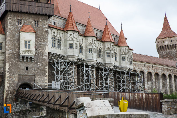 castelul-corvinilor-azi-muzeu-din-hunedoara-judetul-hunedoara-imagine-cu-turnurile-laterale.jpg