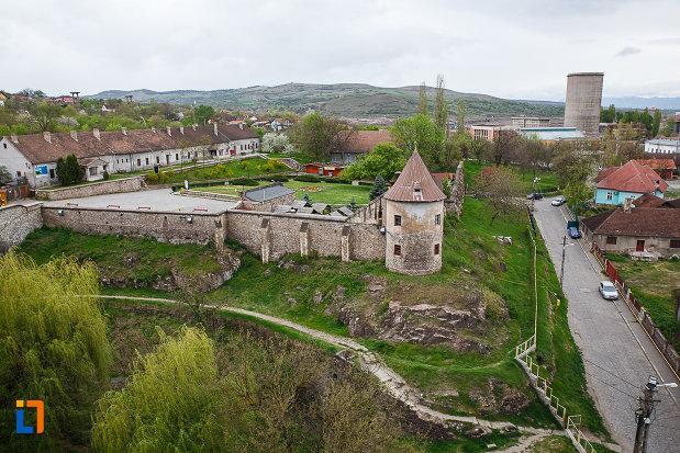 castelul-corvinilor-azi-muzeu-din-hunedoara-judetul-hunedoara-imagine-cu-zidul-inconjurator.jpg