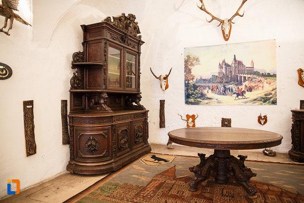 castelul-corvinilor-azi-muzeu-din-hunedoara-judetul-hunedoara-imagine-din-camera-de-vanatoare.jpg