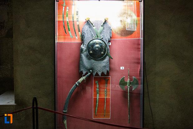 castelul-corvinilor-azi-muzeu-din-hunedoara-judetul-hunedoara-imbracaminte-din-zale.jpg