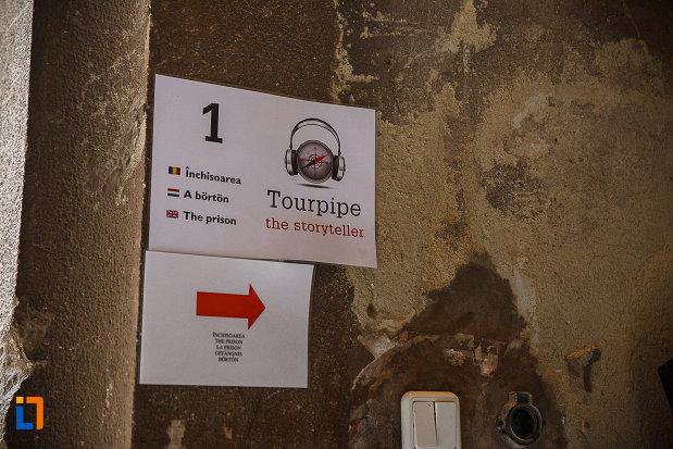 castelul-corvinilor-azi-muzeu-din-hunedoara-judetul-hunedoara-indicator-cu-inchisoarea.jpg