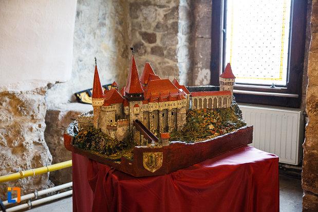 castelul-corvinilor-azi-muzeu-din-hunedoara-judetul-hunedoara-macheta-vazuta-din-fata.jpg