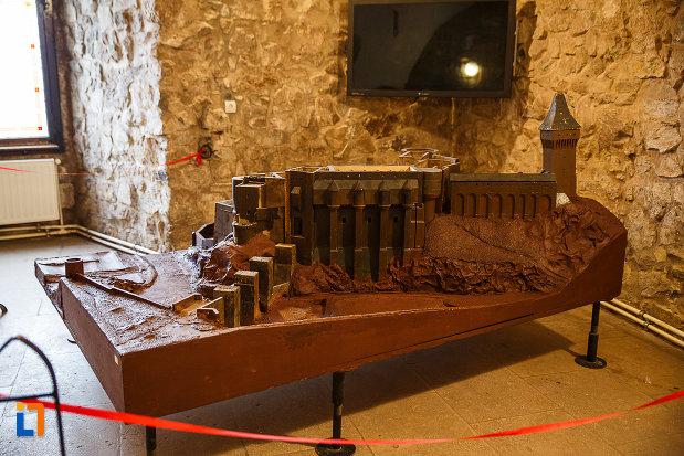 castelul-corvinilor-azi-muzeu-din-hunedoara-judetul-hunedoara-macheta-vazuta-din-spate.jpg
