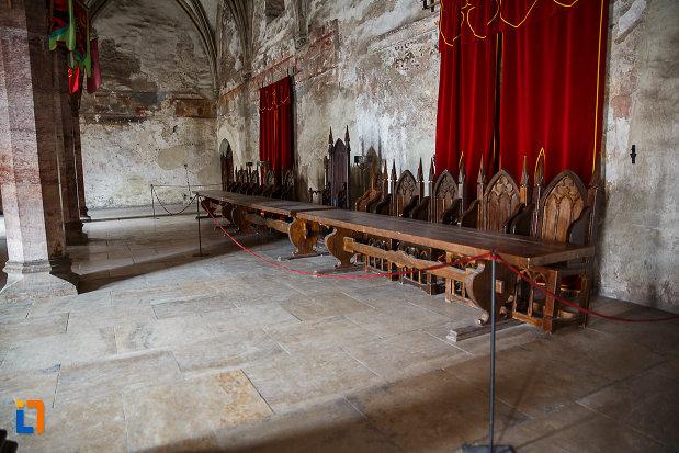 castelul-corvinilor-azi-muzeu-din-hunedoara-judetul-hunedoara-masa-regala.jpg