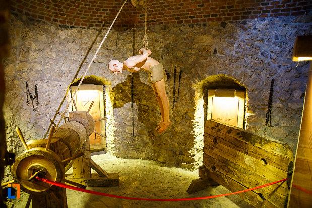 castelul-corvinilor-azi-muzeu-din-hunedoara-judetul-hunedoara-metoda-de-schingiuire.jpg
