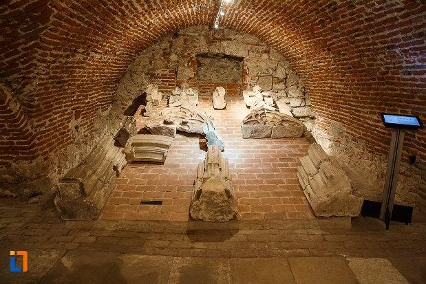 castelul-corvinilor-azi-muzeu-din-hunedoara-judetul-hunedoara-montante-originale-pastrate-pentru-muzeu.jpg