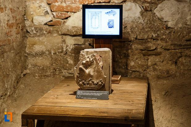 castelul-corvinilor-azi-muzeu-din-hunedoara-judetul-hunedoara-motiv-decorativ-expus-in-muzeu.jpg