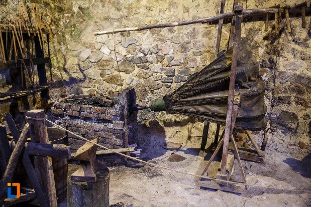 castelul-corvinilor-azi-muzeu-din-hunedoara-judetul-hunedoara-obiecte-folosite-la-incalzirea-apei-si-a-baii.jpg