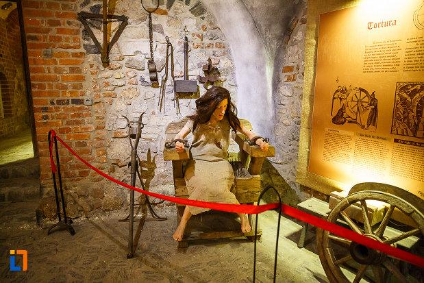 castelul-corvinilor-azi-muzeu-din-hunedoara-judetul-hunedoara-obiecte-folosite-la-torturarea-detinutilor.jpg