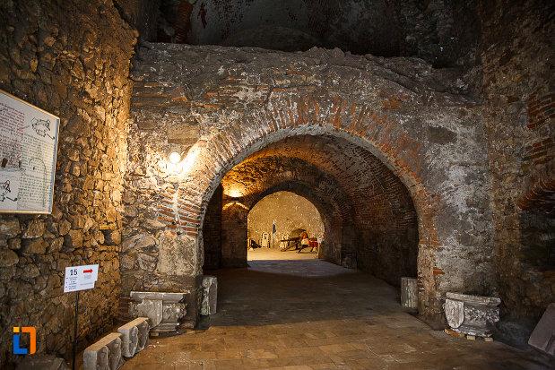 castelul-corvinilor-azi-muzeu-din-hunedoara-judetul-hunedoara-pasaj-intern.jpg