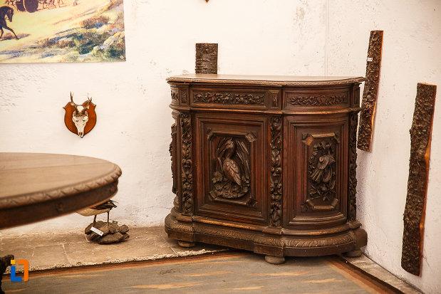 castelul-corvinilor-azi-muzeu-din-hunedoara-judetul-hunedoara-piesa-veche-de-mobilier.jpg
