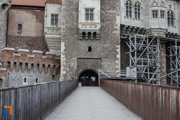 castelul-corvinilor-azi-muzeu-din-hunedoara-judetul-hunedoara-pod-din-lemn.jpg
