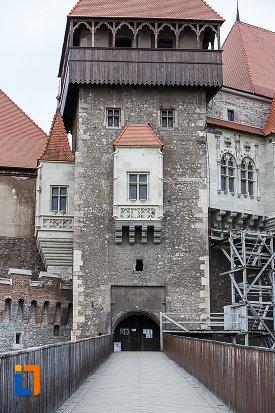 castelul-corvinilor-azi-muzeu-din-hunedoara-judetul-hunedoara-pod-si-turn-de-poarta.jpg