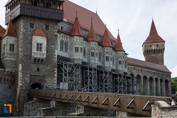castelul-corvinilor-azi-muzeu-din-hunedoara-judetul-hunedoara-podul-vazut-din-lateral.jpg