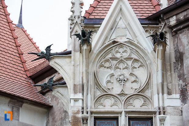 castelul-corvinilor-azi-muzeu-din-hunedoara-judetul-hunedoara-prim-plan-cu-elemente-decorative.jpg