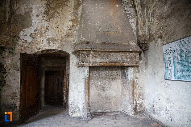 castelul-corvinilor-azi-muzeu-din-hunedoara-judetul-hunedoara-semineu-si-usa-dubla-din-lemn.jpg