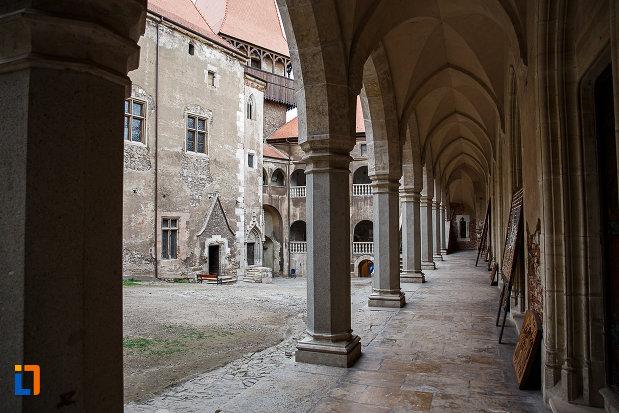 castelul-corvinilor-azi-muzeu-din-hunedoara-judetul-hunedoara-sir-exterior-de-coloane.jpg