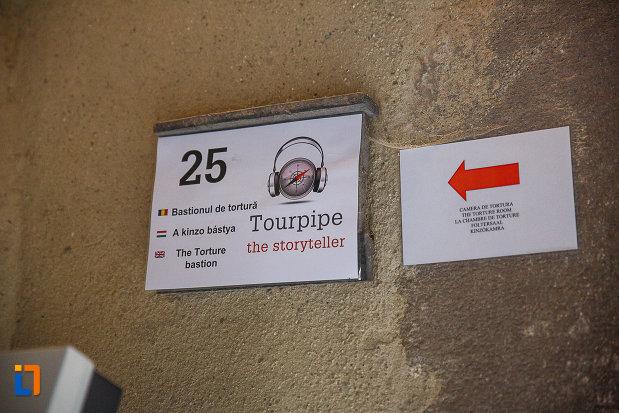 castelul-corvinilor-azi-muzeu-din-hunedoara-judetul-hunedoara-spre-camera-de-tortura.jpg