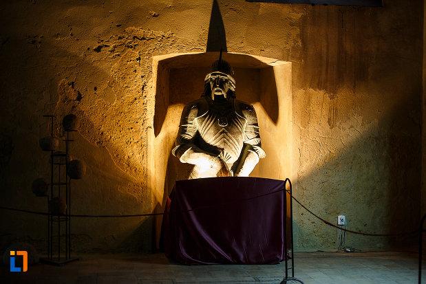 castelul-corvinilor-azi-muzeu-din-hunedoara-judetul-hunedoara-statuie-expusa-in-muzeu.jpg