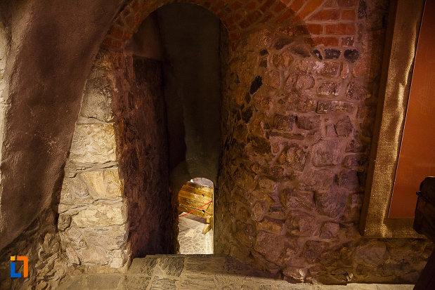 castelul-corvinilor-azi-muzeu-din-hunedoara-judetul-hunedoara-trepte-interioare.jpg