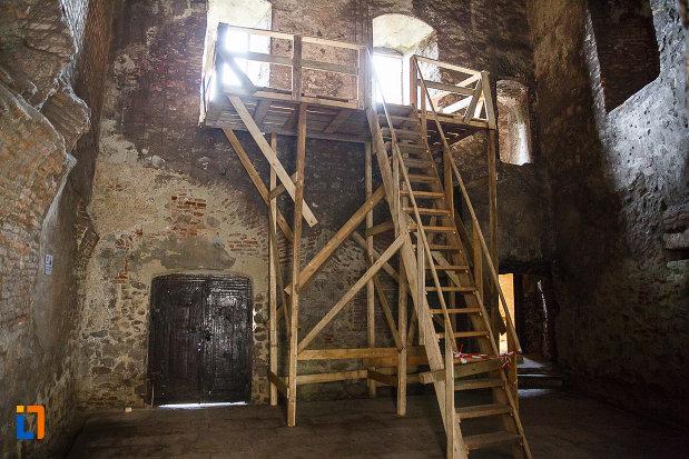 castelul-corvinilor-azi-muzeu-din-hunedoara-judetul-hunedoara-usa-de-acces-si-cateva-ferestre.jpg