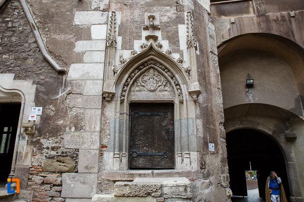 castelul-corvinilor-azi-muzeu-din-hunedoara-judetul-hunedoara-usa-din-lemn-incadrata-cu-detalii-ornamentale-deosebite.jpg